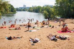 游泳和休息在Moskva河海滩的人们 免版税库存照片