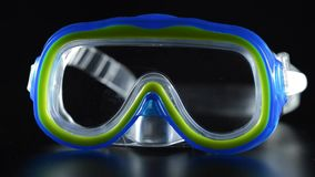 游泳和潜水的防护蓝色和绿色风镜在水下 股票录像