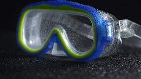 游泳和潜水的防护蓝色和绿色风镜在水下 股票视频