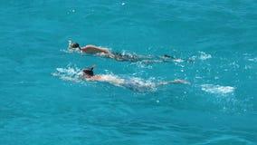游泳在大海,游泳者的两个人竞争 股票视频