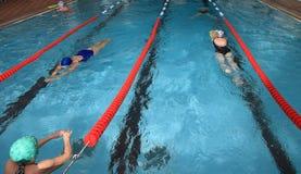 游泳在室内公开游泳的p的休闲小组妇女 免版税库存照片