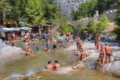 游泳在山河峡谷Kuzdere的小组游人 图库摄影