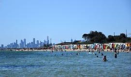 游泳在布赖顿海滩的人们 免版税库存图片