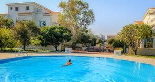 游泳在池 免版税库存图片