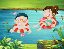 游泳在河的两个孩子 免版税库存图片