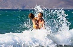 游泳在海浪 免版税库存照片