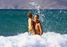 游泳在海浪 免版税图库摄影