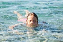 游泳在清楚的海 免版税库存图片