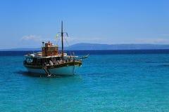 游泳在爱琴海的蓝色的游人 图库摄影