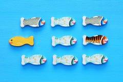 游泳在相同那些的方式的对面另外鱼 勇气和成功概念 库存图片
