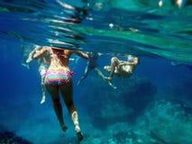 游泳在蓝色洞,扎金索斯州,希腊 免版税库存照片