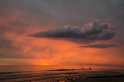 游泳在风雨如磐的日落 免版税库存图片