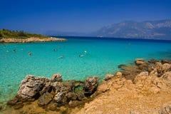 游泳在绿松石海的人们 免版税库存图片