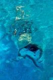 游泳在水面下 图库摄影