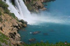 游泳在Duden瀑布附近的人们在安塔利亚,土耳其 库存照片