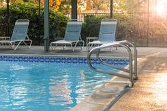 游泳场在日落的旅馆里 库存照片
