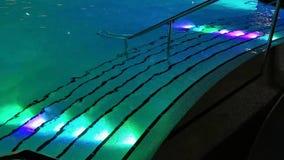 游泳场楼梯五颜六色的被阐明的夜 股票视频