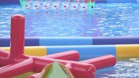 游泳场水和可膨胀的形状的气垫 影视素材
