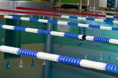 游泳场用蓝色和透明水 在体育比赛的竞争 免版税库存照片