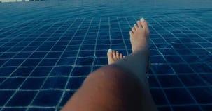 游泳场的妇女享受假期 股票视频