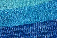 游泳场马赛克底下腐蚀剂起波纹象海水 水表面纹理  r 水波与 免版税库存照片