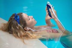 游泳妇女的图片 免版税库存图片
