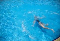 游泳小孩的顶视图在水面下 免版税库存图片