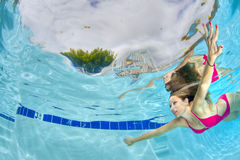 游泳性感的妇女在水面下 库存照片