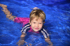 游泳教训:水池的逗人喜爱的女婴 图库摄影