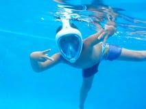游泳是与面具的乐趣!!!! 库存照片