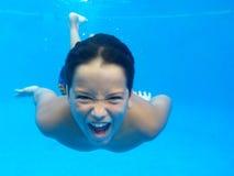 游泳是乐趣!!!! 免版税图库摄影