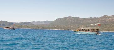 游泳有游人的游船在船上 库存图片