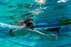 游泳水下Breastroke的男   免版税库存照片