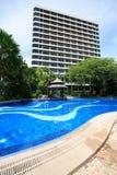 游泳池、塔在庭院旁边和大厦 免版税图库摄影