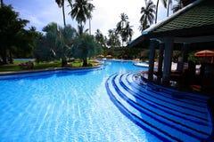 游泳池、太阳懒人在庭院旁边和塔咖啡馆 图库摄影