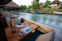 游泳池、太阳懒人在庭院旁边和塔咖啡馆 免版税图库摄影