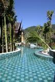 游泳池、太阳懒人在庭院旁边和塔 库存照片