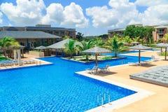 游泳池、平静的绿松石天蓝色的水和热带庭院华美的美丽的景色  免版税库存照片