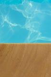 游泳池、游泳池边和砂岩理想背景的 免版税库存照片