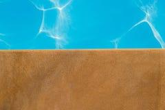 游泳池、游泳池边和砂岩理想背景的 免版税库存图片
