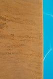 游泳池、游泳池边和砂岩理想背景的 图库摄影