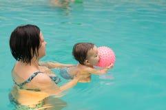 游泳池乐趣 免版税库存图片