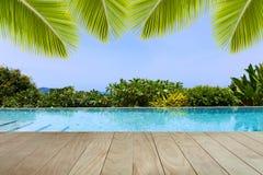 游泳池俯视的视图安达曼海山和蓝色sk 免版税库存图片