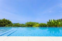 游泳池俯视的视图安达曼海山和蓝色sk 库存图片