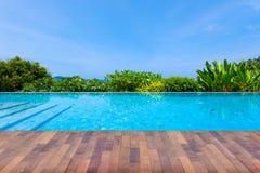 游泳池俯视的视图安达曼海山和蓝色sk 图库摄影