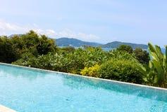 游泳池俯视的视图安达曼海山和蓝色sk 免版税图库摄影