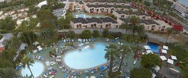 游泳池全景在其中一家特内里费岛,加那利群岛,西班牙旅馆中  免版税图库摄影