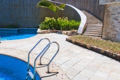 游泳池台阶 免版税库存照片