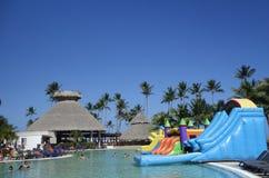 游泳池周围在现在Larimar包括所有的旅馆Bavaro海滩位于蓬塔Cana,多米尼加共和国 库存照片