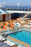 游泳池周围 免版税库存照片
